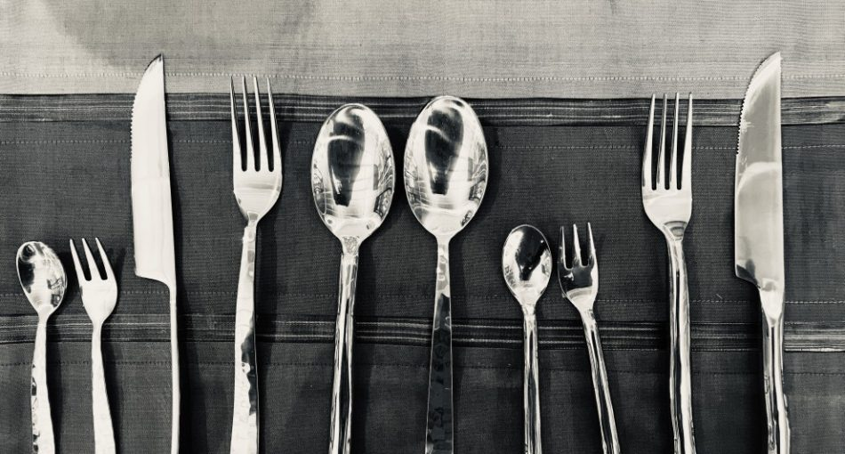 knife-fork-and-spoon-on-table-bronze-luxury-eat-lunch-napkin-reflection-meal-category-tableware_t20_yXeXZ0