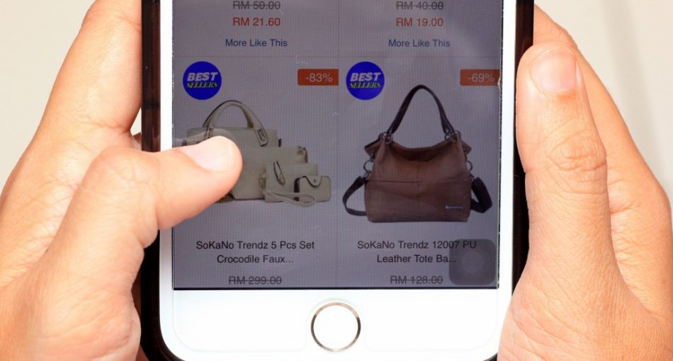 seamless-shopping-with-technology-at-hand_t20_QQK6zG